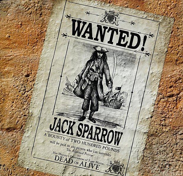 「お尋ね者!ジャックスパロウ」の貼り紙も至る所に。