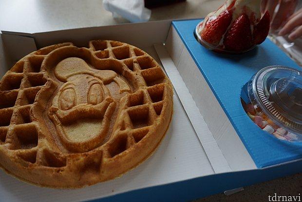 イチゴとソフトクリームは添えるスタイルです。