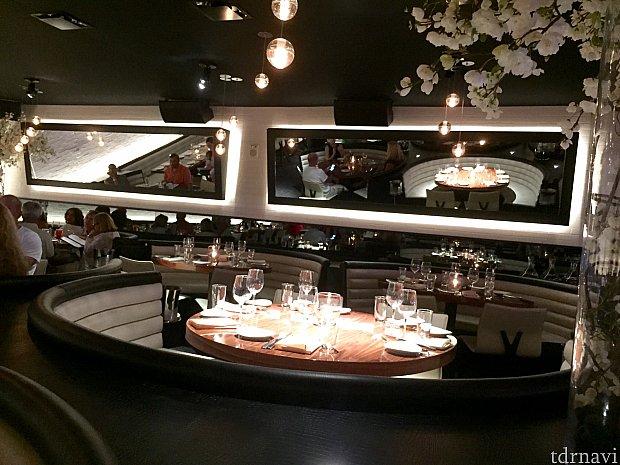 一階の奥の席は全ての席がブース席にとられている為、テーブル毎に贅沢な広さが。このソファーのデザインと天井のデザインがマッチされています。