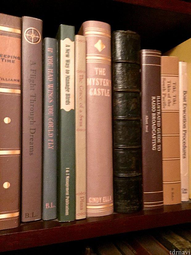 真ん中のピンクの本の著者に注目。Cindy Ellaさん?早く言ってみてください。もっと早く、繰り返して!…さてディズニーキャラクターの一人ですよー。答えは次の写真で。