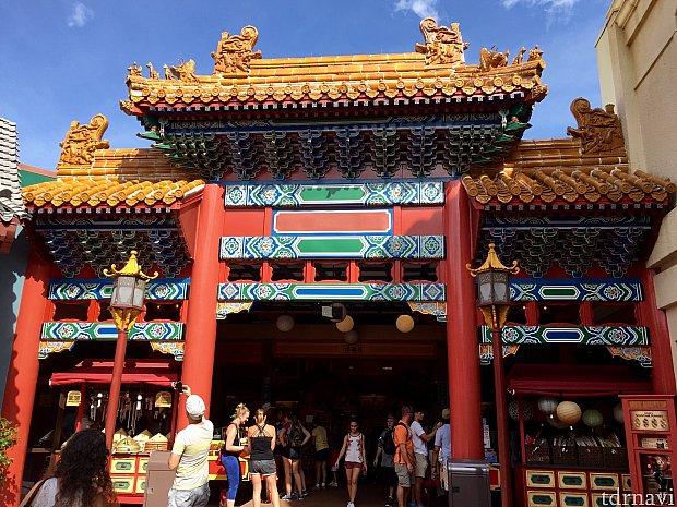 各国のパフォーマンスや大道芸を見るのも、ワールドショーケースの醍醐味で、中国館のパフォーマンスはパークで一番人気です。この日は暑さのせいか、アトラクションの待合所で行われていたようです。