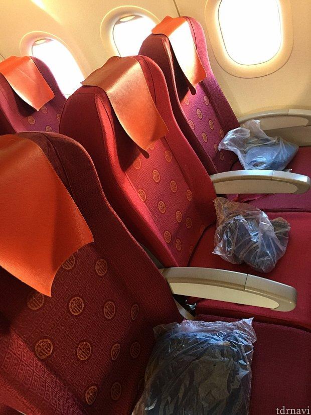 往路はブランケットが座席に用意してありました!復路はCAさんが配ったり、声をかけてもらえる感じでした。