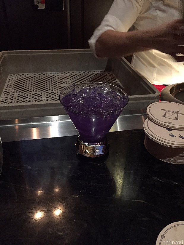 仕掛けその2: ドリンクの色が変わる。Conjureと言うカクテルは、元々この濃い青紫のドリンクですが、ある事をすると…