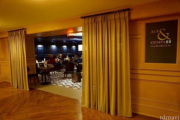 そんな素敵な雰囲気のロビーに、今回レポートしてきた新レストランの「Ale & Compass」があります。実はこのレストランは、レストランとバーラウンジに別れています。写真はラウンジの入口。