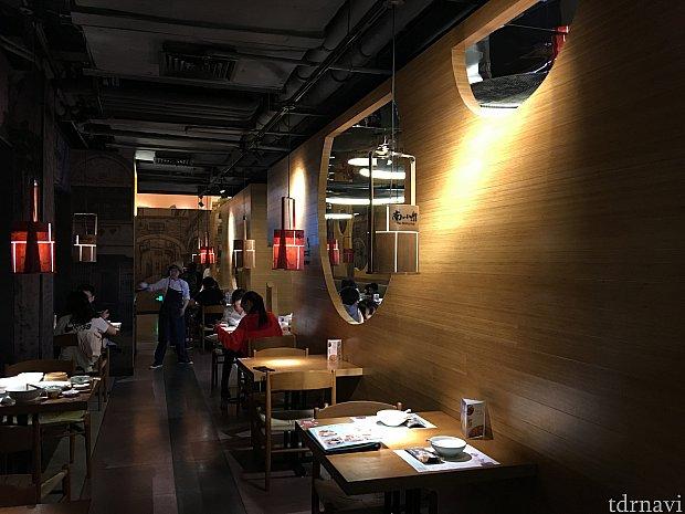 オールド上海をイメージしたシックでオシャレな感じの店内。