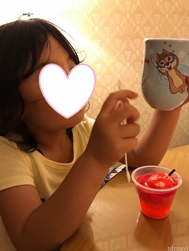 隠れミッキーがあるのでぜひ探してみてください♪チップとデールのイラストも可愛く、ベースの水色が涼しげで本当にオススメなカップです!