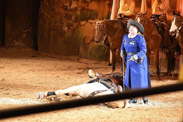 アニー・オークリーの射撃の技もすごいですが、馬がみずから横たわったり起き上がったりするのも驚きでした。