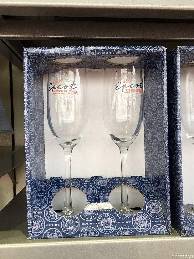 箱入りのシャンペングラスは$26.99