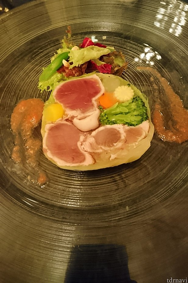 前菜のマグロと野菜のゼリー寄せ トマトクーリとグリーンサラダです。