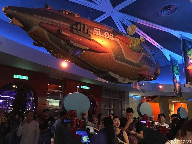 注文列の上の宇宙船には、SL-05の文字が。 香港ディズニーのオープン年が2005年だからでしょうか。