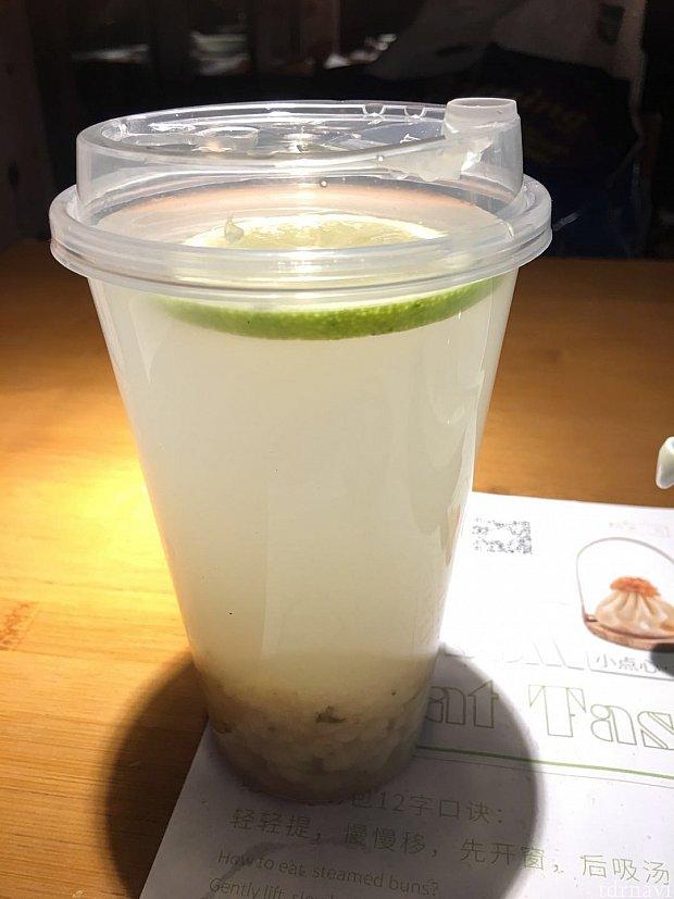 シーズナルパス特典のレモンとハトムギのドリンク。 日本には無い味です🍹