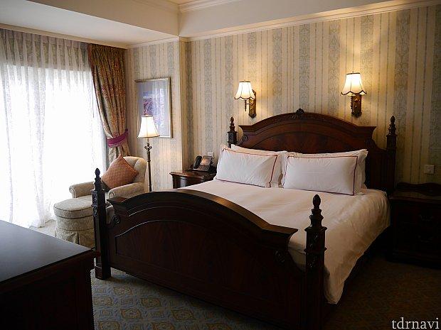 キングサイズのベッドのお部屋でした。リビングのソファーベッドをターンダウンの時にベッドにしておいてくれました。