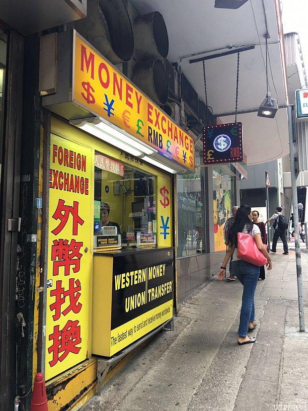 両替屋さんも街中に沢山あります。