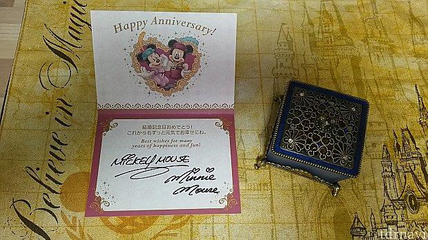 結婚記念日にミラコスタに宿泊した時にお部屋に届いたカードと、オチェーアノで記念日プラン付きの食事をしたとき貰った記念品