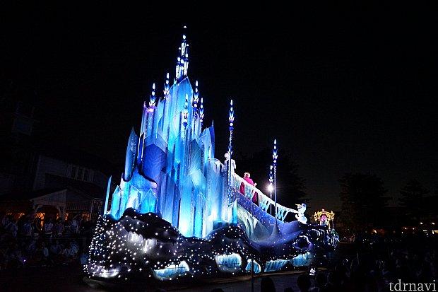 後ろから見ると氷の城が迫力あります。