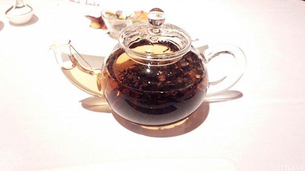 ライチの紅茶お友達と1つ頼んで飲みました。香りもよくて飲みやすかったですよ(^-^)途中で、お湯足してもらうことできました。