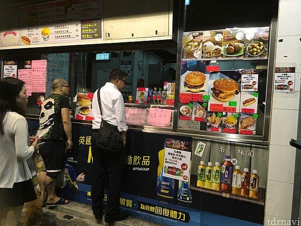 バーガーや香港ならではのスナックを扱っています。地元の人たちがたくさん来ていました。営業は昼〜深夜にかけてです。