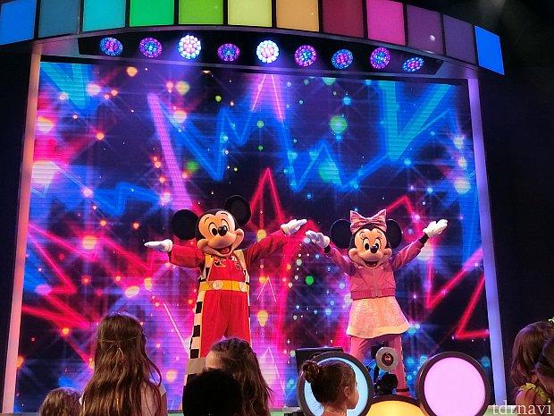 ミッキー、ミニーちゃんと一緒にダンスして大盛り上がりです♪