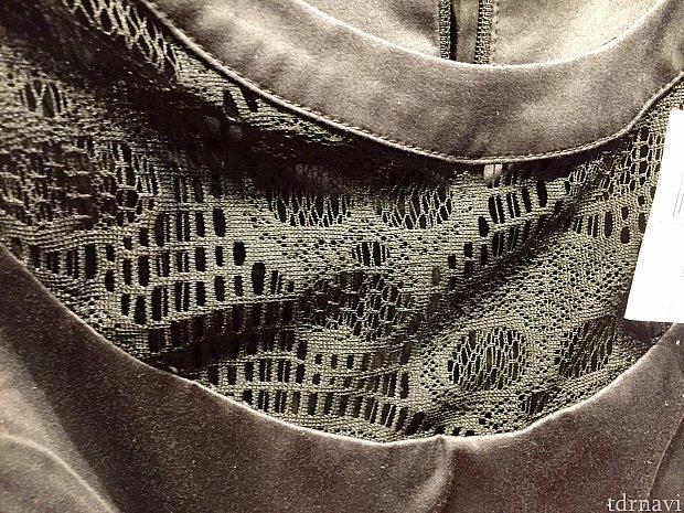 近づいてみると、カリブの海賊のディテールがよくわかります。襟元にはスケルトン柄が。