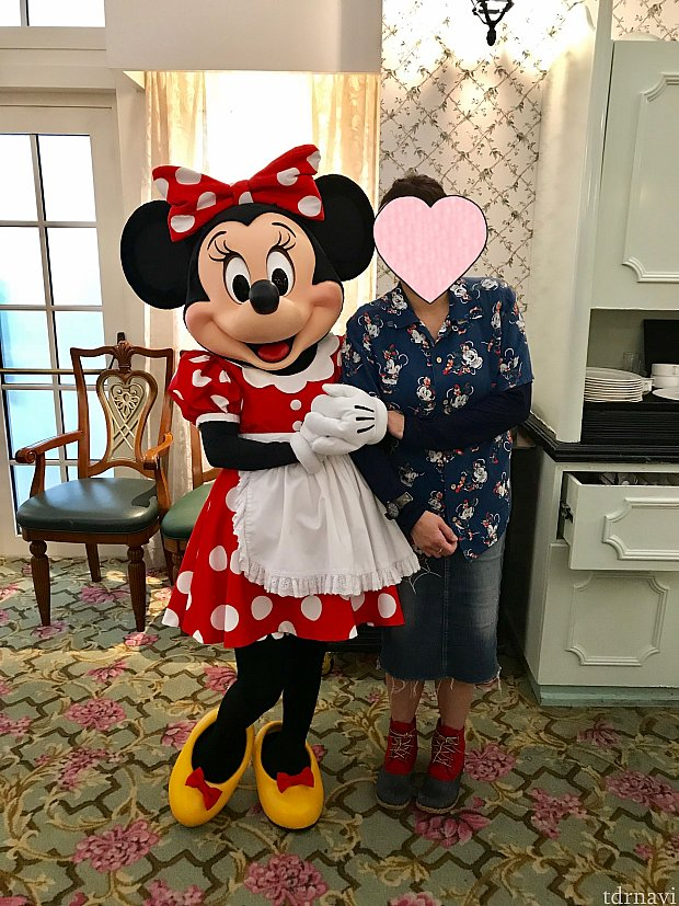 食事をしていたら母がミニーちゃんに強引に手を取られ連れていかれました(笑)
