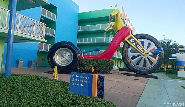 ミッキーの反対には大きなバイクが!