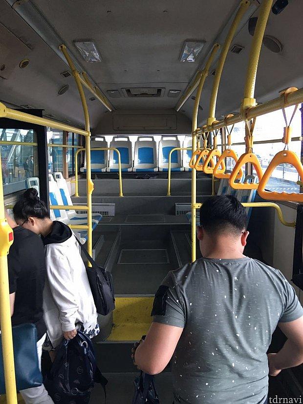 バス車内にはスーツケースを置くスペースもあります。