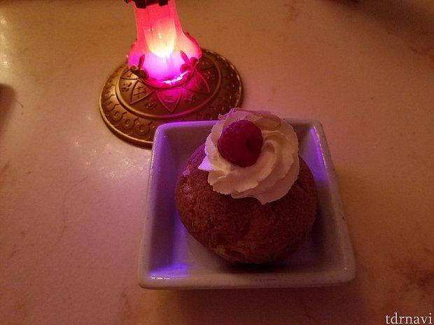 【Lemon-Raspberry cream puff】中身がカスタードではなく、酸味のきいたレモンクリームです。酸っぱいのがお好きな方にはいいかもです。