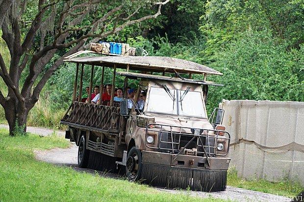 このトラックに乗って広大なサファリに出かけます!
