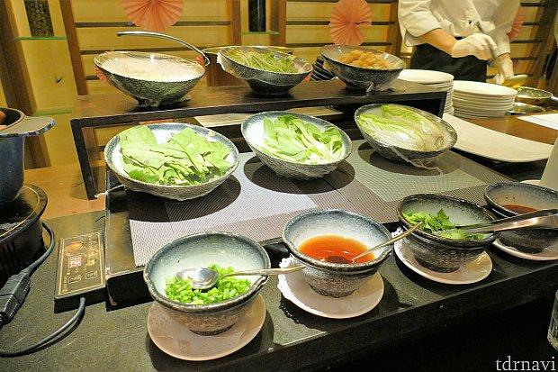 この横で注文した卵料理や上海麺を作ってくれます。席まで持ってきてくれますが、結局ケチャップやラー油、ネギなどを入れに、もう一度ここに戻ってきます(笑)