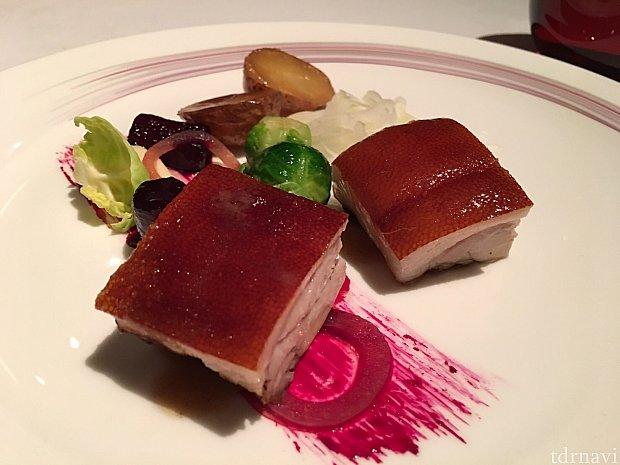 こちらはアジアンテイストのポークグリルです☆ 皮がパリパリで、お肉がトロトロでした!