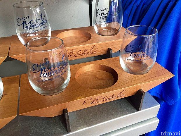 こちらは丸いタイプのビールフライト用グラス。木製のトレーとセットで。
