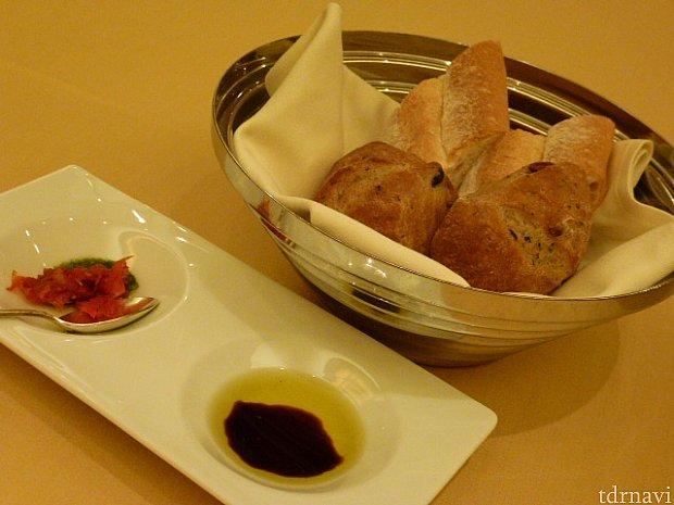サワークリーム入りのバケットと、オリーブと松の実入りの固めのパン