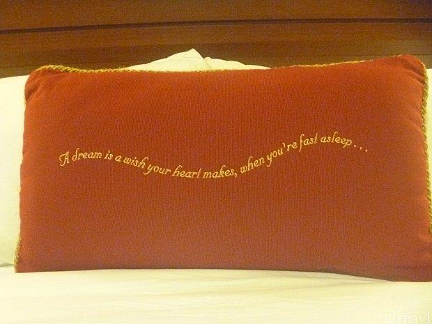 ベッドにおいてあるクッションです!おしゃれで可愛い♡