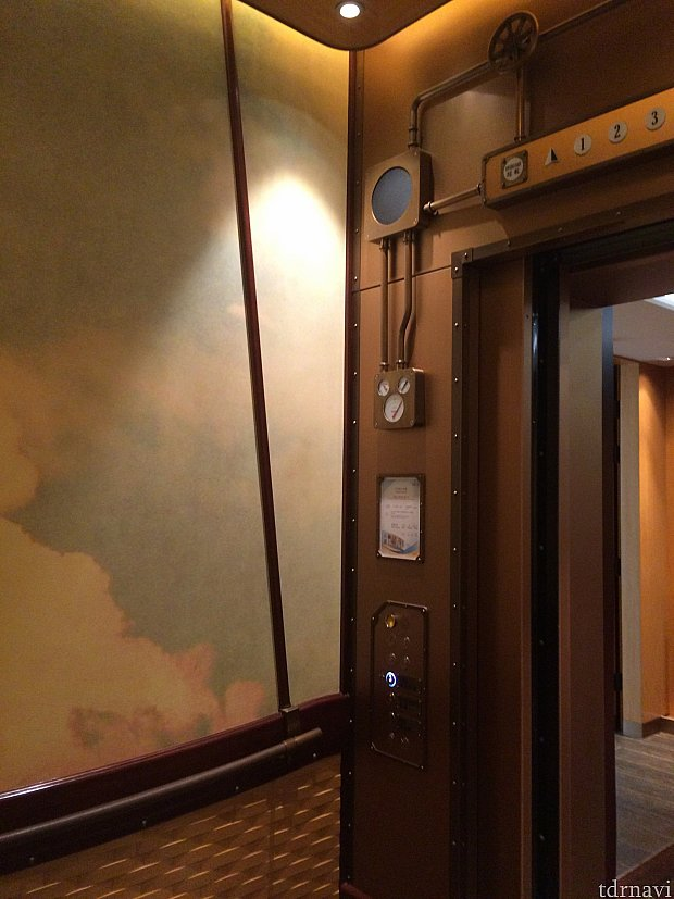 エレベーターの内部は気球という設定で開放感があるので、閉所恐怖症の方も安心してエレベーターを利用できます。