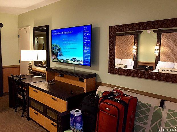 部屋は古いホテルだけあって、広めなんですよね。テレビも大きくて画像も綺麗。この部屋のある棟は全部リニューアルされていると言われました。その他、タンス、小さな移動式テーブルが入っているデスク、ソファーベッド。