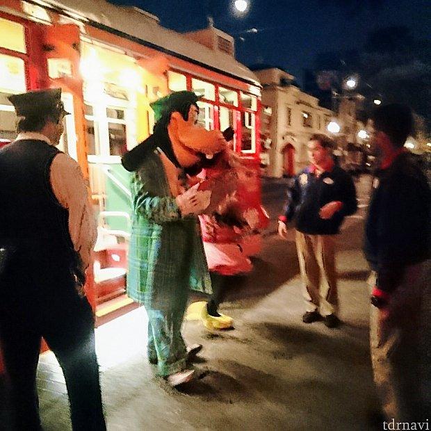 怪しい写真でごめんなさい🙇 閉園時間になって出口に向かってメインストリートを歩いていたら、前から路面電車がやって来て、ミニーちゃんとグーフィーが窓から手を降っていたではありませんか!