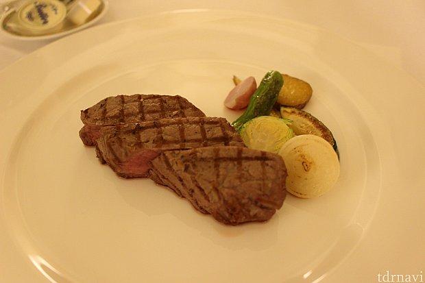 ステーキの焼き加減は、レア、ミディアム、ウェルダンから選べます。写真はレアです。もっとレア感欲しいけど、ディズニーだから仕方ないかな。