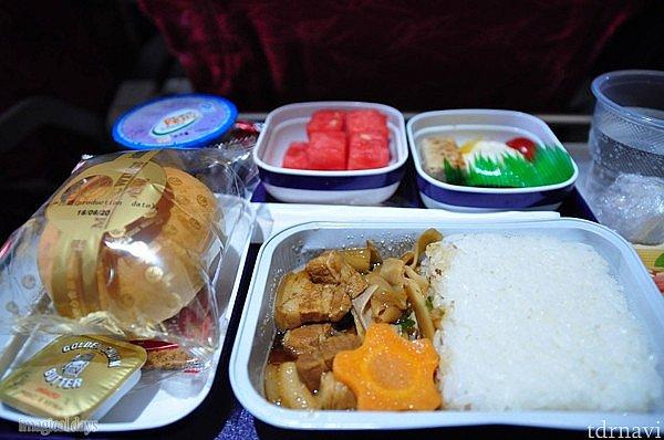 帰りの機内食、おかずもごはんも日本人の口に合う味付けでした☆