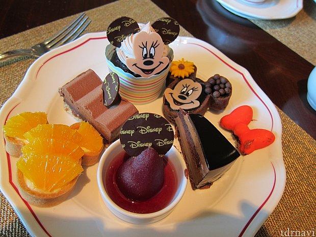 でもせっかくディズニーレストランなので、高そうなケーキだけキャラクターものを頂きました。