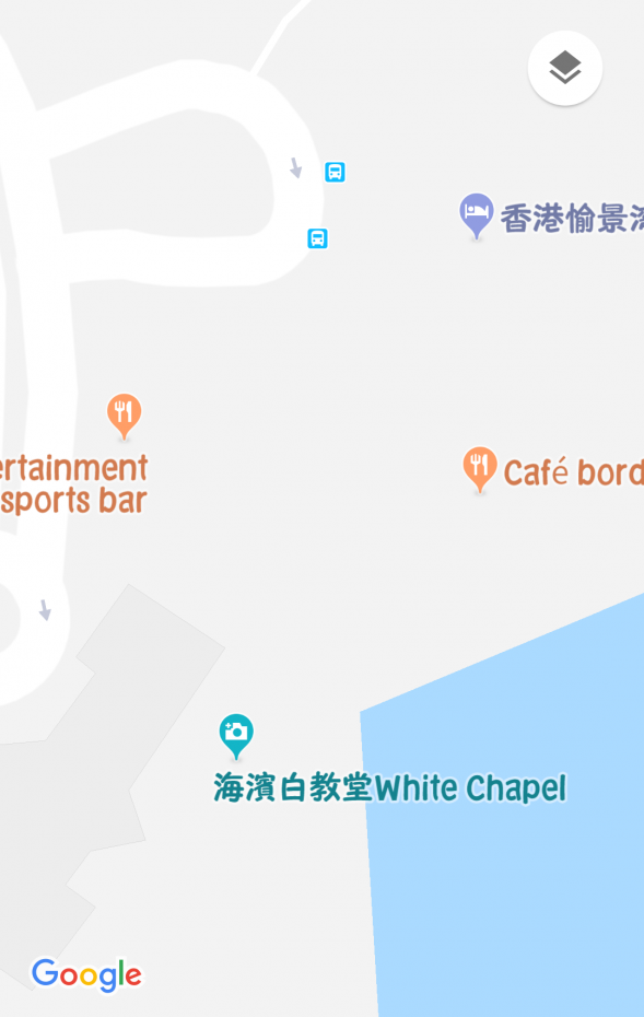 スポーツバーの近くにはカフェと、教会の向かいにはレストランもあります。