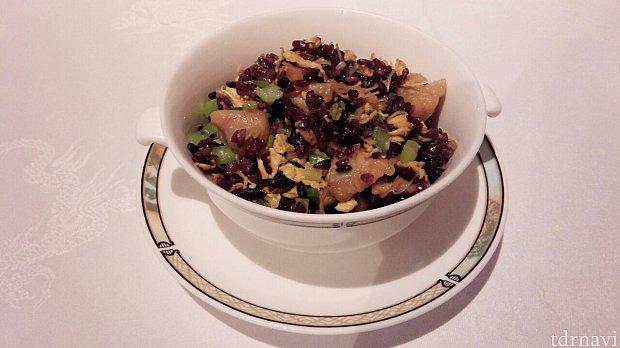 干し貝柱と鶏肉の黒米入り炒飯。具がたっぷりで美味しかった。半分食べたくらいでお腹いっぱいになってきました(^_^;)