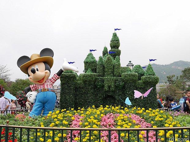 お城前は季節ごとに装飾が変わります。春はトピアリーが設置されてました。