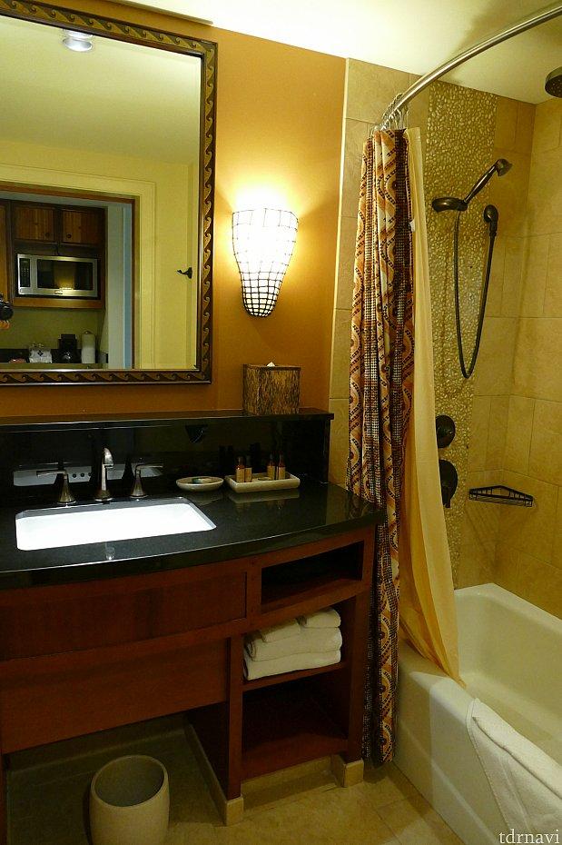 バスルームお風呂も広々としていて、全身入れます♪