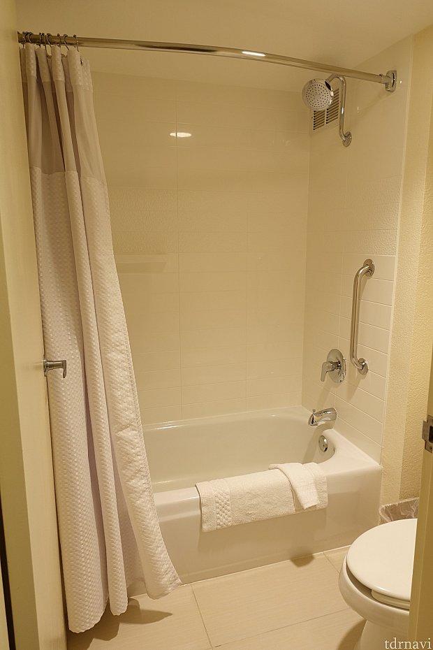バスタブがあります。シャワーは固定ヘッド