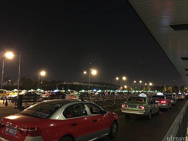 客待ちの沢山のタクシー。
