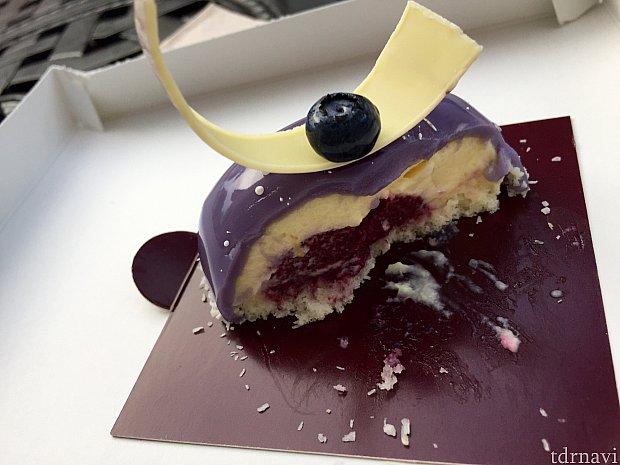 ブルーベリームースはほのかな酸味の効いたさっぱり系のケーキ。こちらも甘さ控え目でした。