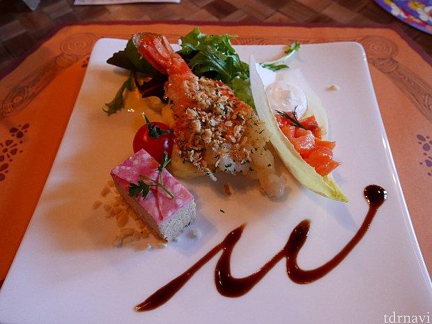 前菜。エビの殻が食べにくい点以外は◎。サラミの下にはパテ。ロメインレタスにサーモンとチーズ。茶色のソースはバルサミコ。なかなかおいしい!