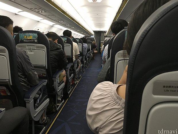 バニラエアも機内は春秋航空と同一。ただ日本の航空会社なので、日本人の客室乗務員さんが案内してくれるのがありがたいです。