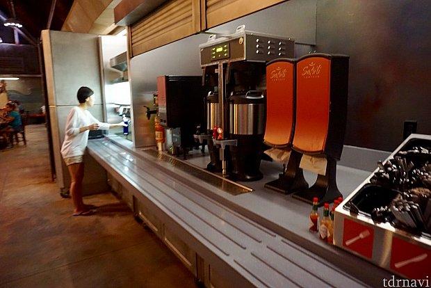 コーヒーを注文しましたが、カップを渡され、自分でコーヒーを注ぎにいくシステムになっていました。