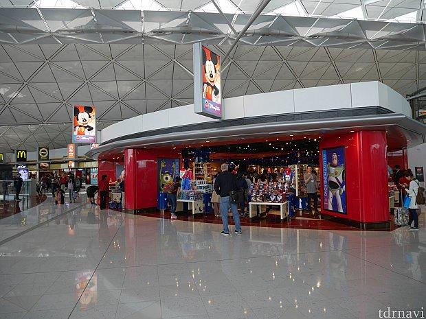 第1ターミナルの出国エリアにあるディズニーストアが一番広い!品ぞろえも豊富!Tシャツやダッフィーグッズを買うならここ!